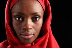 Mujer hermosa del africano negro de Headshot en hijab Imágenes de archivo libres de regalías