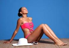 Mujer hermosa del afroamericano que toma el sol Fotografía de archivo libre de regalías