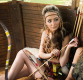 Mujer hermosa del Amazonas que presenta con el arco Imagen de archivo