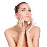 Mujer hermosa del balneario que toca su cara. Imagen de archivo libre de regalías