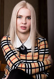 Mujer hermosa del blondie del encanto en chaqueta elegante con maquillaje, la sentada y la presentación de la tarde Fotografía de archivo