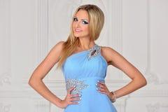 Mujer hermosa del bonde en vestido azul. imagenes de archivo