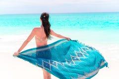 Mujer hermosa del cuerpo del bikini que se relaja en abrigo de la moda de la ropa de playa del encubrimiento que fluye en fondo d fotografía de archivo