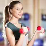 Mujer hermosa del deporte que hace ejercicio con pesa de gimnasia Imagen de archivo