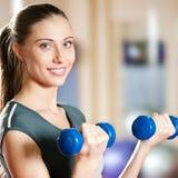 Mujer hermosa del deporte que hace ejercicio de la aptitud de la potencia Fotografía de archivo libre de regalías