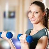 Mujer hermosa del deporte que hace ejercicio de la aptitud de la potencia Imagen de archivo libre de regalías
