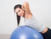 Mujer hermosa del deporte que hace ejercicio de la aptitud en bola Pilates, parte posterior sana, deportes, salud Fotos de archivo
