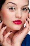 Mujer hermosa del encanto del primer con los labios rojos Imagen de archivo