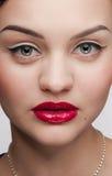 Mujer hermosa del encanto del primer con los labios rojos Imagenes de archivo