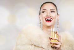 Mujer hermosa del encanto que sostiene el champán Imagen de archivo