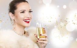 Mujer hermosa del encanto que sostiene el champán Fotos de archivo