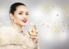 Mujer hermosa del encanto que sostiene el champán Fotografía de archivo