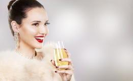 Mujer hermosa del encanto que sostiene el champán Imágenes de archivo libres de regalías
