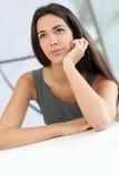 Mujer hermosa del estudiante con mirada pensativa imágenes de archivo libres de regalías