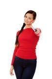 Mujer hermosa del estudiante que destaca con un lápiz grande Foto de archivo