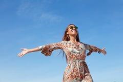 Mujer hermosa del flower power con el espacio de la copia en el cielo azul al aire libre imagenes de archivo