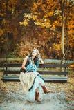 Mujer hermosa del inconformista en ropa del boho Imagen de archivo libre de regalías
