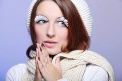 Mujer hermosa del invierno con las pestañas blancas Foto de archivo
