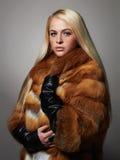 Mujer hermosa del invierno en abrigo de pieles Modelo de moda de la belleza Girl fotos de archivo