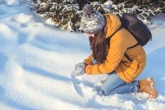Mujer hermosa del invierno que juega con nieve Imágenes de archivo libres de regalías