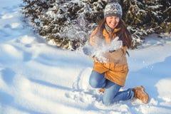 Mujer hermosa del invierno que juega con nieve Fotos de archivo