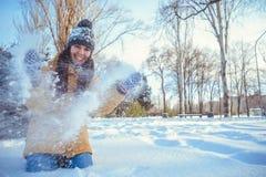 Mujer hermosa del invierno que juega con nieve Fotografía de archivo libre de regalías