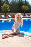 Mujer hermosa del modelo del encanto de la moda en vestido lujoso con la GE Foto de archivo libre de regalías