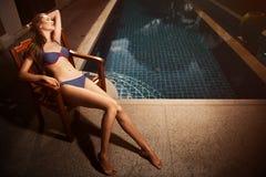 Mujer hermosa del moreno en bikini que toma el sol Imagen de archivo libre de regalías