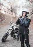 Mujer hermosa del motorista al aire libre con la motocicleta imagenes de archivo