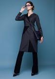 Mujer hermosa del negocio de moda con los accesorios Imagenes de archivo