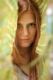 Mujer hermosa del pelo rojo en pañuelo verde Fotos de archivo libres de regalías