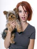 Mujer hermosa del redhead con el perro de animal doméstico Imágenes de archivo libres de regalías