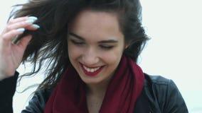 Mujer hermosa del retrato con la sonrisa blanca y la mudanza encendido del pelo de la morenita del viento almacen de video