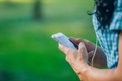 Mujer hermosa del retrato que manda un SMS con su teléfono Imágenes de archivo libres de regalías
