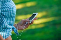 Mujer hermosa del retrato que manda un SMS con su teléfono Fotografía de archivo libre de regalías