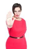 Mujer hermosa del tamaño extra grande que hace que parada la muestra gesticula aislado Foc fotografía de archivo