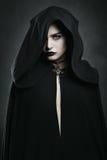 Mujer hermosa del vampiro con la capa negra Imagen de archivo libre de regalías