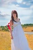 Mujer hermosa del verano que presenta al aire libre Foto de archivo libre de regalías