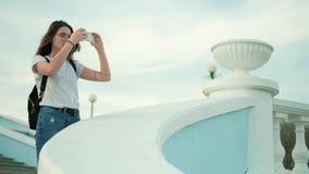Mujer hermosa del verano que toma imágenes en el teléfono 4k almacen de video