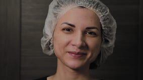 Mujer hermosa después de la limpieza de la cara, humor alegre del vacío almacen de video