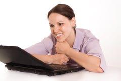 Mujer hermosa detrás de la computadora portátil Foto de archivo libre de regalías