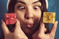 Mujer hermosa divertida en la caja de regalo del Año Nuevo del control de Santa Claus Imagen de archivo