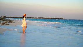 Mujer hermosa el vacaciones de verano en la playa blanca Muchacha feliz que camina en vestido del verano Cámara lenta metrajes