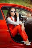 Mujer hermosa elegante en coche rojo imágenes de archivo libres de regalías