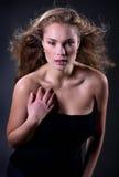 Mujer hermosa elegante en la presentación de la alineada de la manera Foto de archivo