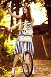 Mujer hermosa, elegante vestida joven con Imágenes de archivo libres de regalías