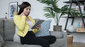 Mujer hermosa emocionada para los resultados acertados, leyendo en la tableta metrajes