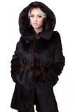 Mujer hermosa en abrigo de pieles imagenes de archivo