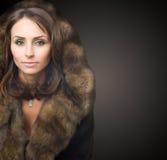 Mujer hermosa en abrigo de pieles de lujo Foto de archivo libre de regalías