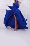 Mujer hermosa en alineada azul Fotografía de archivo libre de regalías